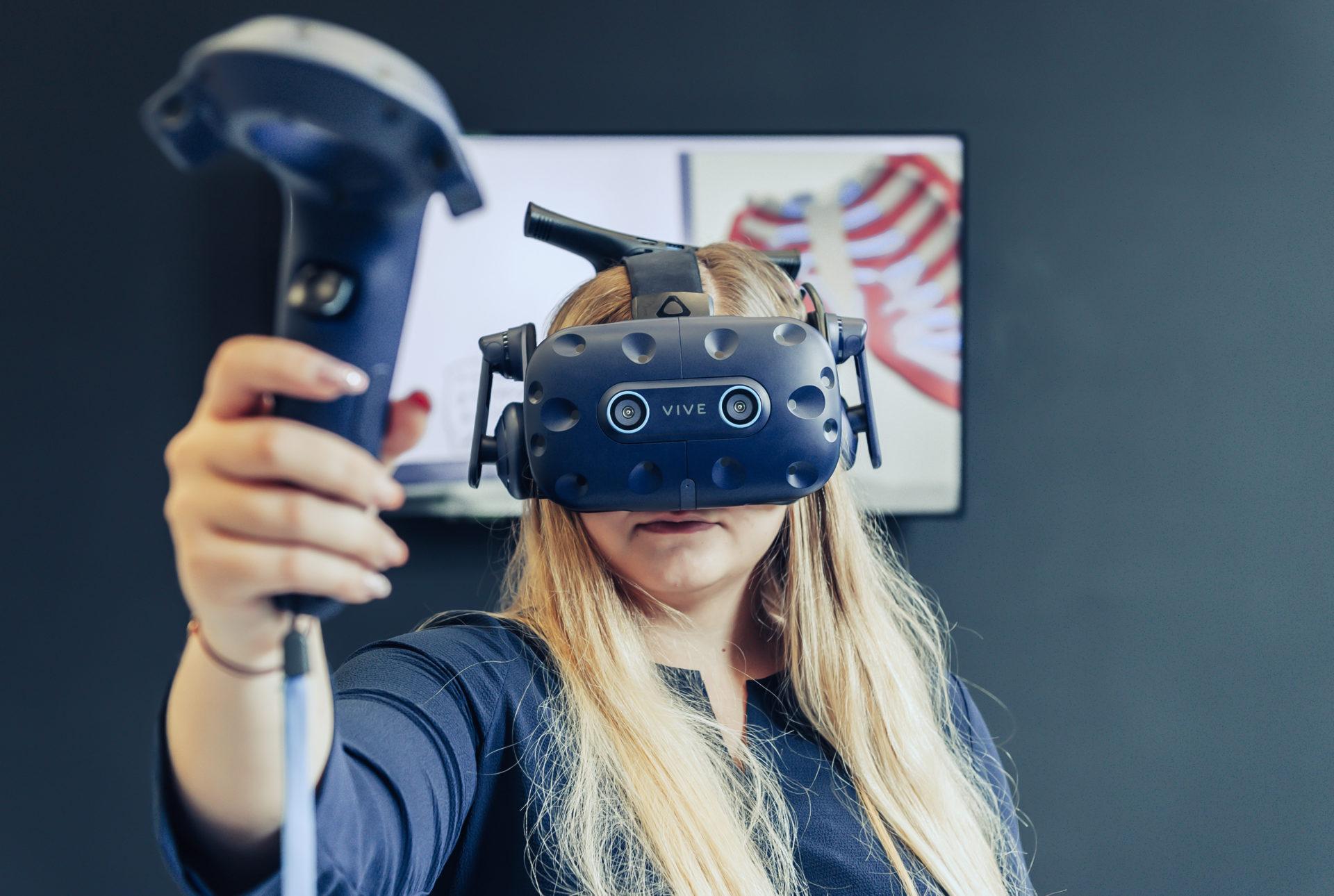 Studentin mit VR Brille im eVRylab
