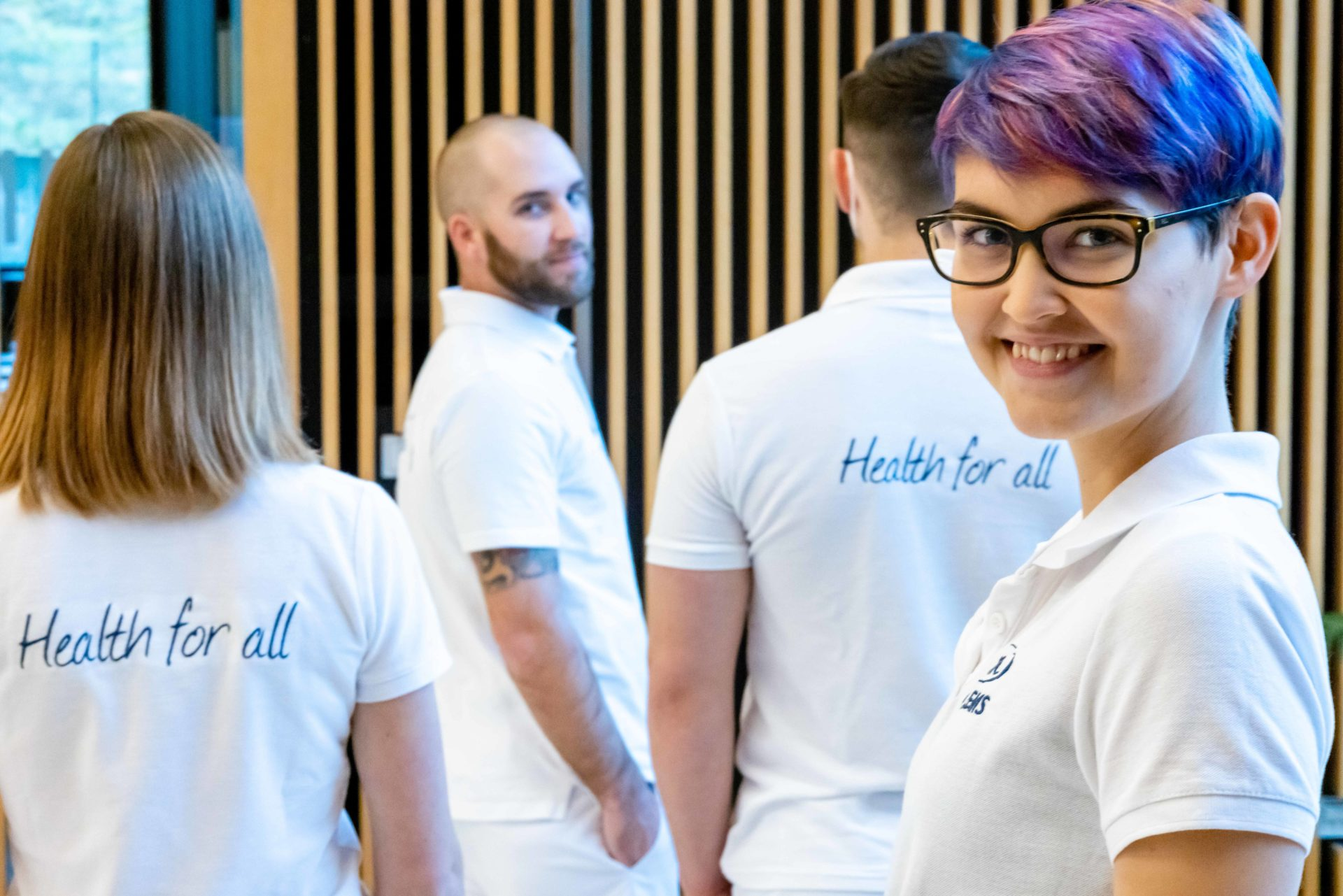 "Studierende mit der T-Shirt-Aufschrift ""Health for all"""