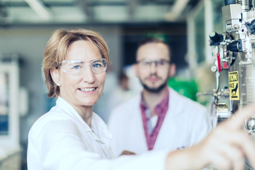 2 IMC Forscher im Labor