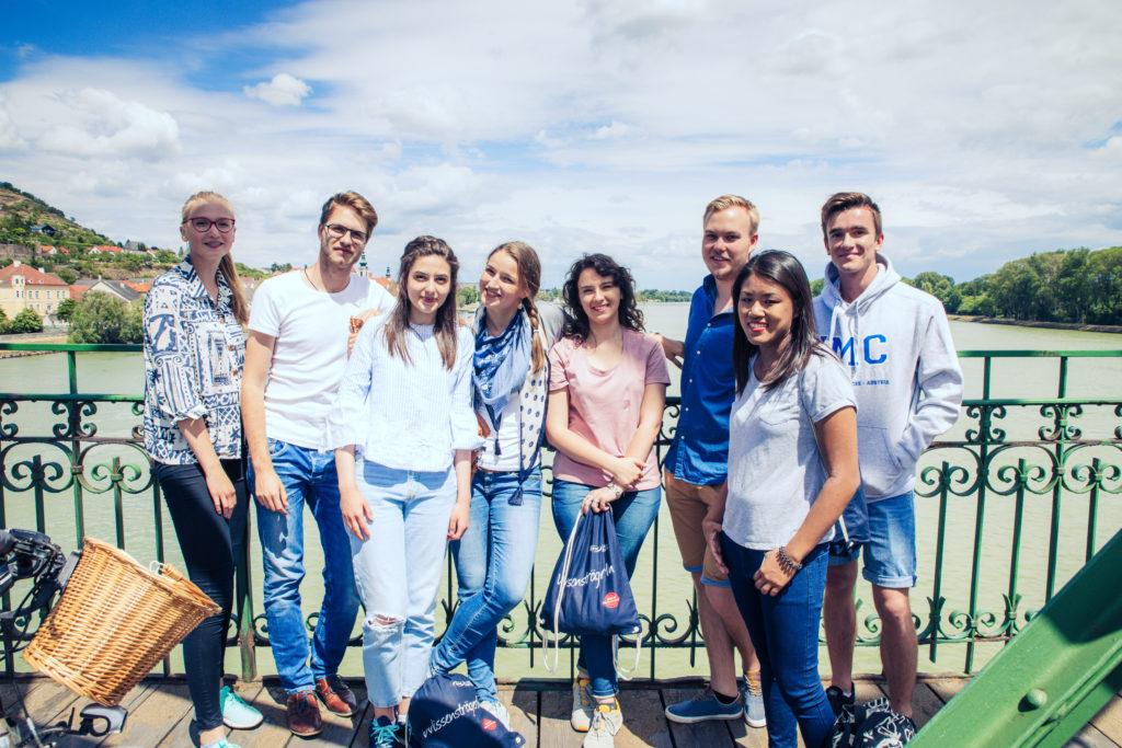 Gruppe von Studierenden auf Mauterner Brücke