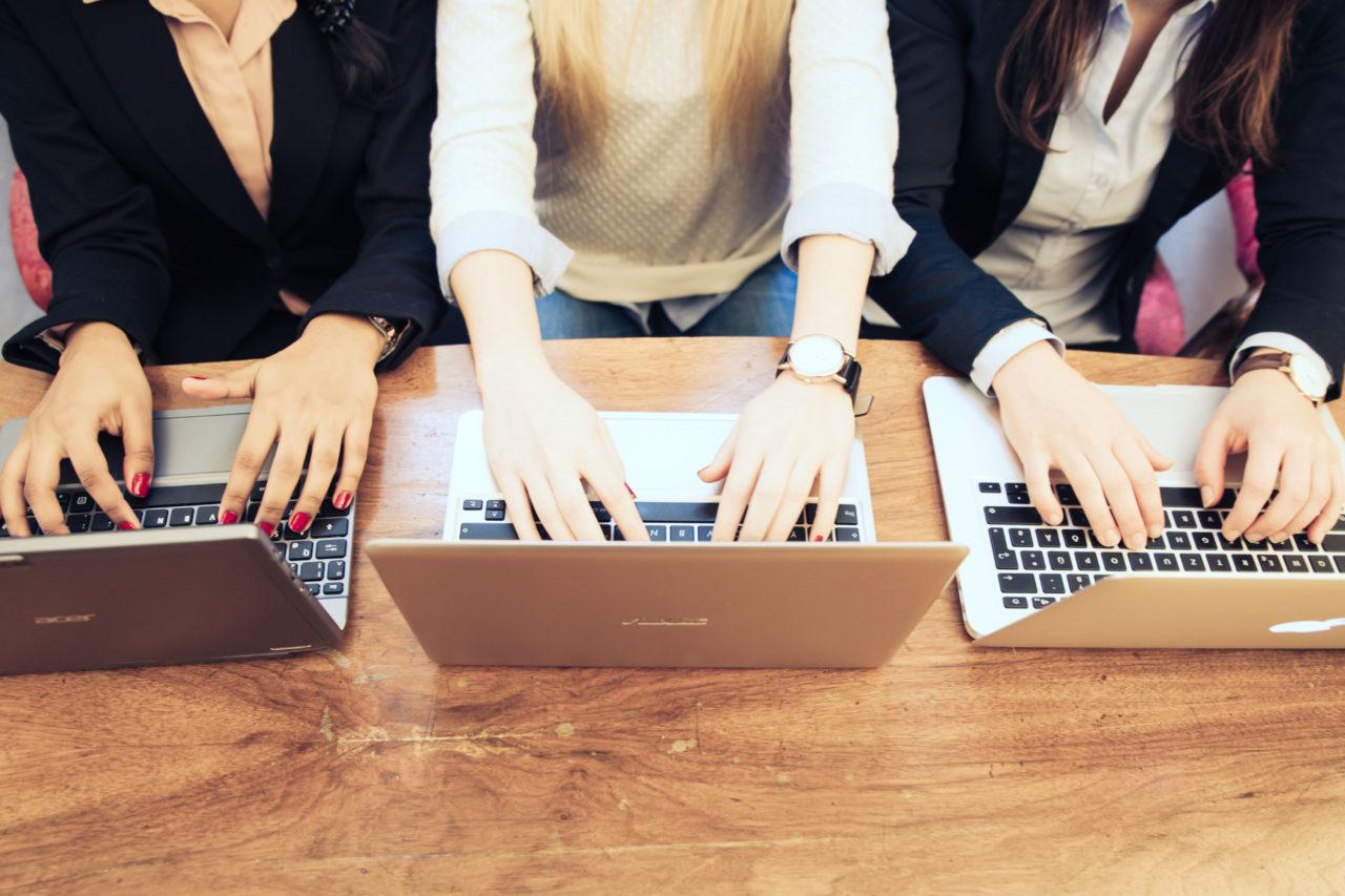 Studierende schreiben am Laptop