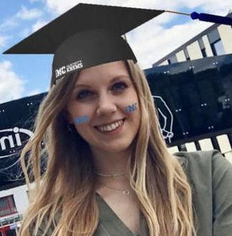 Studentin mit Graduation Cap