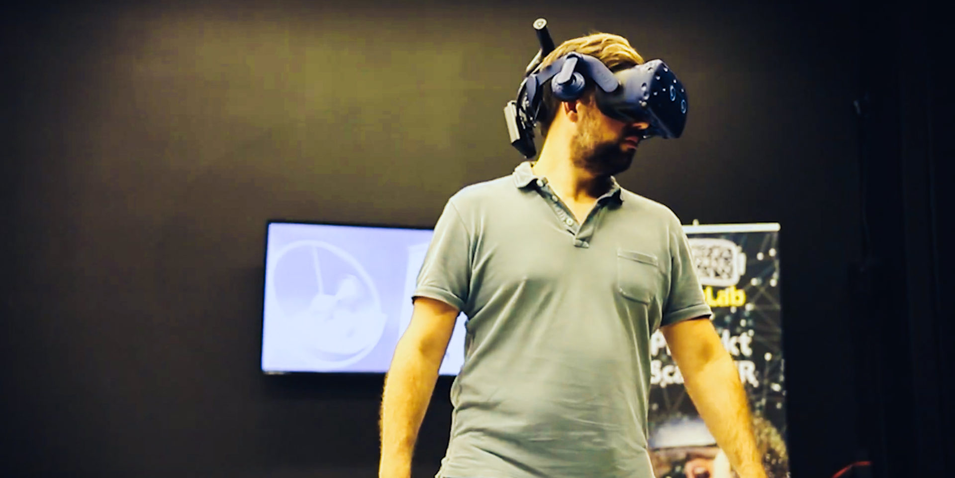 Männliche Persion mit VR-Brille